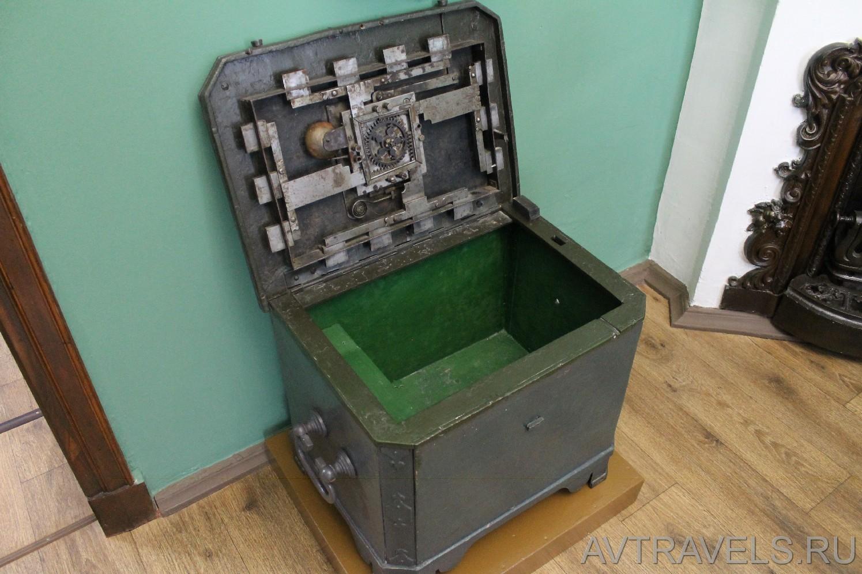 Старинный сейф