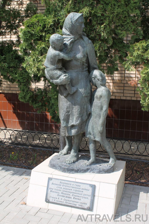 """Хвалынск скульптурная группа """"К своим"""""""