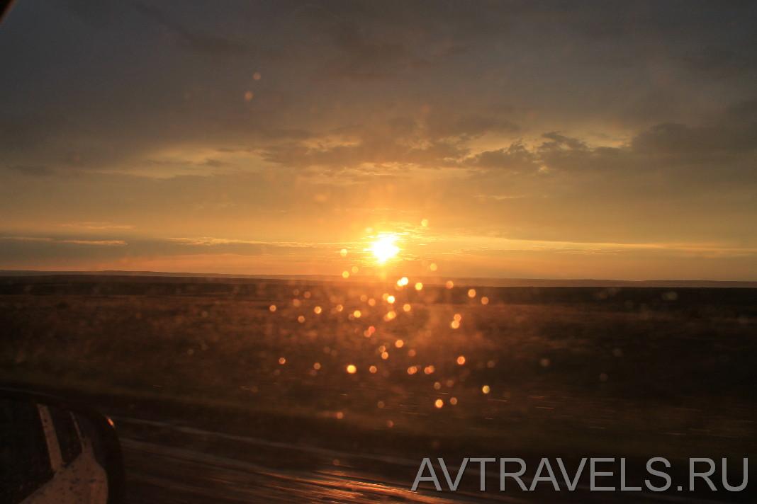 закат солнца через стекло авто