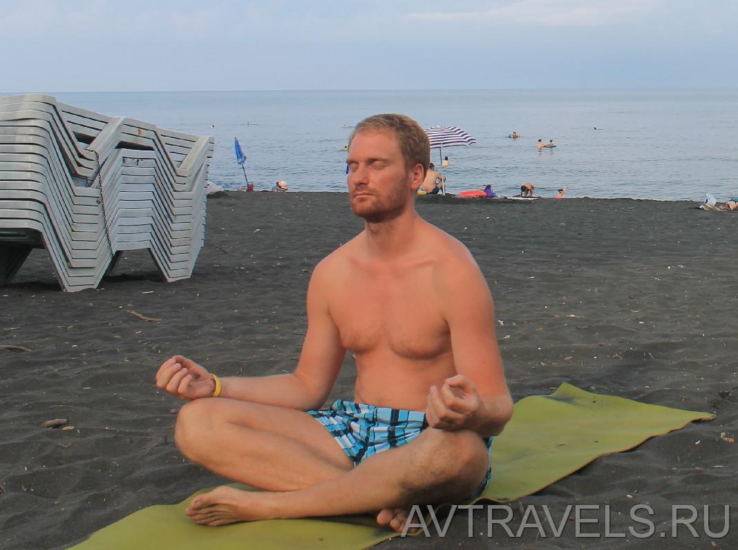 йога на пляже Грузия